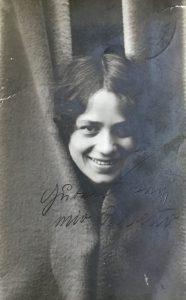 Klara auf einer Postkarte an ihren späteren Mann.