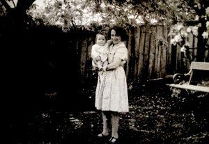 Lotte mit ihrer Tochter Clare, die 1940 geboren wurde.